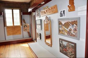 Träreliefer från tre generationer Ström kan ses på gamla museet i Fornminnesparken.