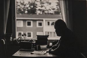 Emma Jonsson visar sina bilder på Kent Torsell.