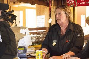 Christina Kareliusson som driver Hamra vildmarkscenter hade mycket att göra då flera hundra kom till Björnens familjedag.