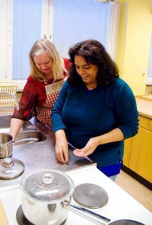 Läraren Inga-Lis Bromée hjälper Dirce Mc Givern att skålla mandel.