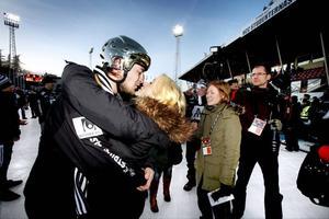 Guldhjälten Christoffer Edlund fick en segerkyss av flickvännen ute på isen i går. Edlund gjorde både 4–5 och 5–5 men missade sedan en straff med minuter kvar. Men det gjorde förstås inget eftersom Zeke kunde avgöra i förlängningen.