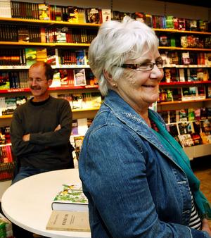 Besökaren Yvonne Ellfolk tyckte det var intressant att höra Stefan Grundström berätta om arbetet med Medelpads flora som gav ut i fjol.