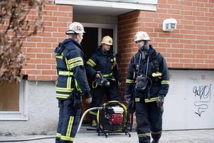 Torkskåpsbrand. Brandkåren pumpar ut rök efter en brand i en tvättstuga på Arbetshusgatan i Gävle.