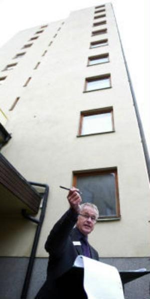 Mäklaren Håkan Hamrén prickade av spekulanterna vid porten, men en del hann slinka emellan.
