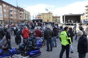 Gemenskap. På torget i Kumla samlades många motorcyklister för gemensam avfärd mot Askersund.