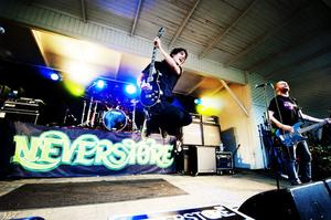 Publiken sjöng ramsor om trummisen Erik Lantz när Neverstore spelade.