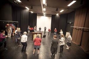 Förra året åkte Mozaik bland annat till Grytans flyktingförläggning och uppträdde. Det slutade med att alla dansade och sjöng ihop.