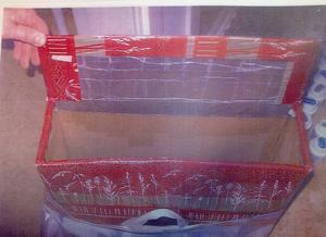 På väskans insida finns en metallfolia som hindrar butikernas larmbågar att upptäcka stöldmärkta varor. Väskan fanns i en av de åtalade männens lägenheter.