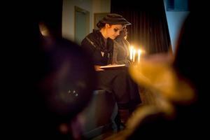 En mörk gestalt, liknande AnnaSara D Formgren, läste en saga.