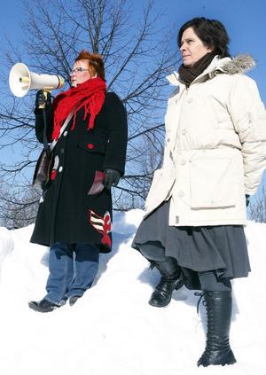 Initiativtagaren Malin Ängerå (S) inledde manifestationen med ett tal. Bredvid henne står Ann Hamrén.