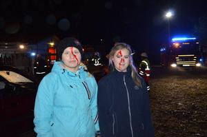 My Wallin och Tova Svensson var två av de som fick låtsasblod i ansiktet.