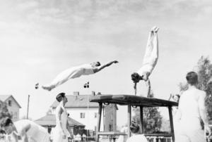 Uppvisningar på Domnarvsvallen var vanliga för gymnastikklubbens eliter. Här visas så kallade överslag på språngbordet.