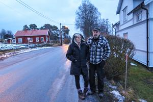 Om Trafikverkets planer blir verklighet innebär det för Ewa och Per-Ola Lundberg  att deras häck mot vägen försvinner, att det byggs en mur och ett plank på den, och att tomten kapas så att det inte blir mer än högst 1,5 meter till huset.