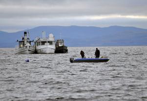 Framåt 14-tiden på fredagseftermiddagen gled så sakteliga Skutan (i mitten) in i Rättviken tillsammans med bogserbåt Baxi och ångbåten M/S Göran.
