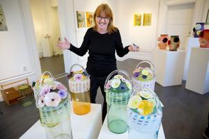 Glaskonstnären Ulla Forsell ställer ut i Härnösands Konsthall.