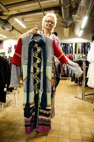 Det Solveig är mest stolt över är en kappa som kommit till av olika stickade plagg.
