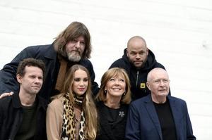 Ståendes från vänster: Ebbot Lundberg och Ken Ring. Sittandes från vänster: Bo Sundström, Agnes Carlsson, Lill Lindfors och Ulf Dageby. Titiyo Jah saknas på bilden.