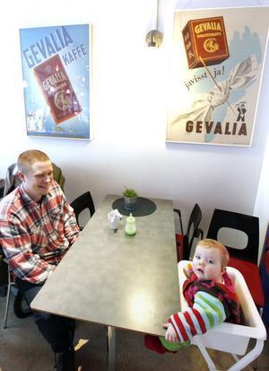 Pappaledige Johan Larsson och dottern Juni Wikström skulle låna böcker. Det fick bli en fika i stället.