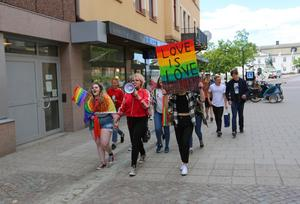 Cirka 20 ungdomar deltog i paraden.