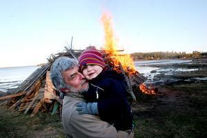 Från Uppsala hade tvååriga Märta Baumgarten kommit för att fira våren och Valborg tillsammans med morfar, Per Blom, som lämnat Bollnäs och firade helg i stugan.