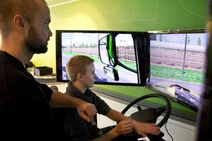 Niondeklassaren Simon Löfman gör snabba framsteg i konsten att köra tung lastbil med släp. Han coachas av Daniel Johansson, lärare på fordonsprogrammet i Söderhamn.