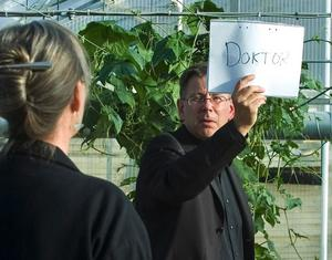 Svaret. En stund senare skriver han ner det: Doktor. Foto: Mikael Forslund