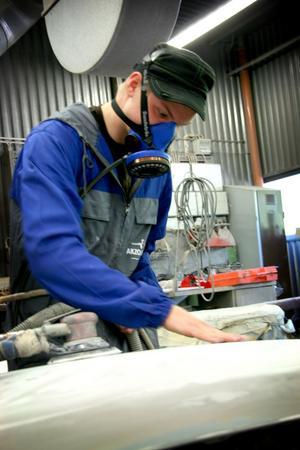Slipexpert. Efter tre års utbildning är Emanuel Sjöberg expert på att slipa bilkarosser, vilket är ett av de viktigaste momenten i jobbet som lackerare.