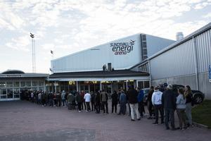 Det blev lång kö strax innan matcher för de som ville ta sig in i Sundsvall Energi Arena och se derbyt.