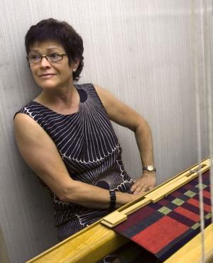 Med färger inspirerad från en orientalisk matta väver Eva Heldin en drällduk på en åttaskaftad väv. Jag hade semester så jag kunde komma hit snabbt och börja väva, säger Eva Heldin som åkt från Edsbyn för att väva.