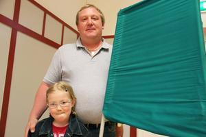 Linnea Hedberg, 7 år, följde med pappa Patrick Hedberg när han röstade i EU-valet i går. Vilken sedel som hamnar i kuvertet var hemligt.