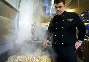 Foto: TERESE PERMANPopulärt. Kocken Kenneth Bomgren steker kyckling som ska ingå i en gratäng. Fläskkött kan han däremot inte använda som ingrediens eftersom många asylsökande är muslimer.