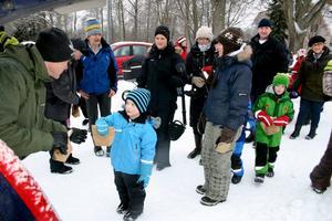 Thomas Forss, fritidschef i Laxå  kommun delade ut godispåsarna till Hasselforsborna under julgransplundringen i Hasselfors centrum.