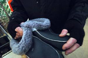 Conny Dahlqvist får jobba med handbeklädnad i sin Butik Annorlunda under den kalla årstiden.