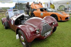 Gammalt och nytt. Frank Högmans historiska racerbil hade inte en chans mot den moderna elbilen, men båda lockade till sig många intresserade.