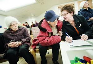 Naimy Hellerstedt, Ellen Jonsson och May-Britt Nilsson betraktar sig som stamkunder på hälsocentralen och öser beröm över