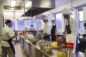 Läraren Peter Abrahamsson coachar teamet i jakten på de perfekta smakerna och konsistenserna.
