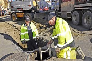 Bengt Andersson och P-O Rudfjäll arbetar med att lägga ny ledning vid Granenhuset. Långt där nere i brunnen finns Kjell Borgh som rensar pumpen som man kopplat in på den nya ledningen.