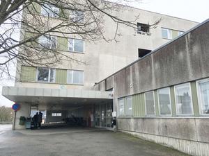 Sjukhusbyggnaden i Nynäshamn har blivit en plats där ungdomar ägnar sig åt skadegörelse och annan brottslighet, enligt insändarskribenten.