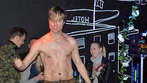 Det blev hett under showcase-spelningen på Obaren i Stockholm och Björn tog av sig skjortan.