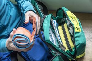 Sjuksköterskeväskan som Jenny Hofvander alltid har med sig i backen. Här finns bland annat en SAM-Splint, som bland annat kan användas till att för tillfället säkra en del benbrott.