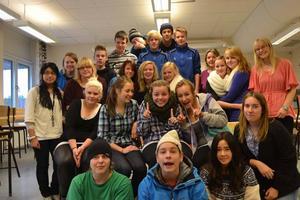 I dag då det är den 11/11-11 hade vi en matematiklektion. Två  av de härliga eleverna som jag har äran att jobba med, hade med sig en kamera just denna dag. De foto som bifogas är just vad vi gjorde den 11/11-11 kl 11.11 i klass 9b på Hedängskolan i Storvik. Fröken ur bidrog med att ange tiden. Fotograferna är Hannah Norvall och Katja Andersson