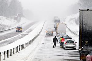 Kö på E18 vid Västjädra efter en olycka.