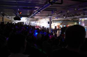 Bild över publiken som kollar på en match i spelet DotA.