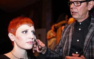 Lilla My eller David Bowie? Erika Westlund får olika kommentarer på sin nya frisyr. Classe Nyström har klippt henne, inspirerad av skådespelerskan Mia Farrow.Foto: JOHNNY FREDBORG