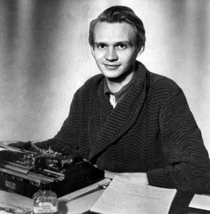 Författaren Stig Dagerman var mycket förtjust i bilar och skrev en hel del om fordonet. Men han var farlig i trafiken.   Foto: TT