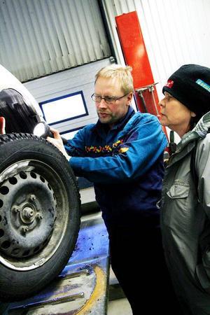 Ett trasigt fjädersäte har åtgärdats och Ulla Hamréns bil är inne för ombesiktning. Nils-Anders Boije är besiktningstekniker vid Bilprovningen i Östersund.