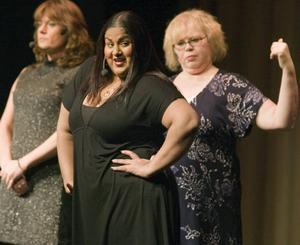 fräcka tjejer. I numret Käcka fräcka flickor har kvinnorna tröttnat på att det bara är männen som ska få vara roliga. Här är det Dharmanna Helander-Wigh som sjunger och berättar fräckisar. I bakgrunden Katarina Helzenius och Therese Olsson.