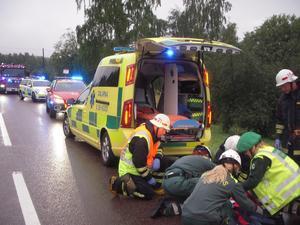 En person fördes till Mora lasarett efter en trafikolycka i närheten av Vångsgärde, mellan Mora och Orsa, tidigt på fredagsmorgonen. Foto: Mora Brandkår