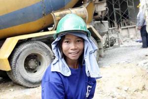 I Thailand är det inte ovanligt att kvinnor arbetar med tunga jobb, på vägar och framförallt på byggen. Den här tjejen kommer antagligen från Kambodja eller Myanmar.