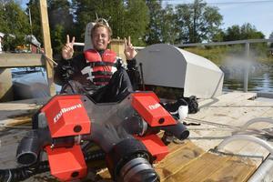 Kasper Sonesson är från Uppsala men har sommarstuga i Spikarna på Alnö. Han har testat att köra flyboard två gånger.